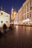 Ciudad de Kraków por noche en Polonia Fotos de archivo libres de regalías