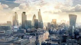 Ciudad de la aria de Londres, del negocio y de las actividades bancarias por la mañana Visión desde la catedral de San Pablo metrajes
