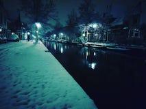 Ciudad de la cerámica de Delft por noche Imagen de archivo libre de regalías