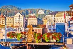 Ciudad de la costa del lago lucerne y de la opinión coloridas de las señales fotos de archivo