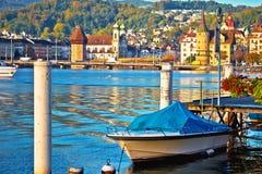 Ciudad de la costa del lago lucerne y de la opinión coloridas de las señales fotos de archivo libres de regalías