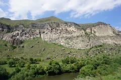 Ciudad de la cueva de Vardzia a la vista foto de archivo