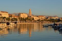 Ciudad de la fractura con la reflexión en el mar Imágenes de archivo libres de regalías