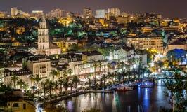 Ciudad de la fractura, Croacia del paisaje urbano de la noche Fotografía de archivo