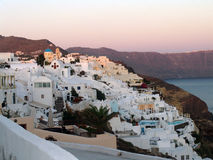 Ciudad de la montaña en el santorini Grecia con opiniones del mar fotos de archivo libres de regalías