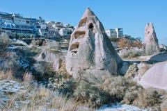 Ciudad de la montaña en el valle azul del color con la hierba seca y las formaciones rocosas Imagen de archivo libre de regalías