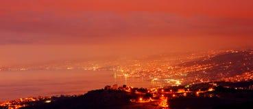 Ciudad de la montaña en la noche Imagen de archivo libre de regalías