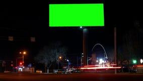 Ciudad de la noche de la carretera de Timelapse La cartelera de Greenkey para el anuncio en el tiempo crepuscular con la luz se a metrajes