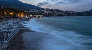 Ciudad de la noche cerca del mar Imagen de archivo libre de regalías
