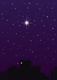 Ciudad de la noche, cielo azul marino y una estrella grande Fotos de archivo libres de regalías
