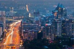 Ciudad de la noche de Almaty fotografía de archivo