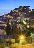 Ciudad de la noche de las Bormes-les-mimosas fotos de archivo libres de regalías