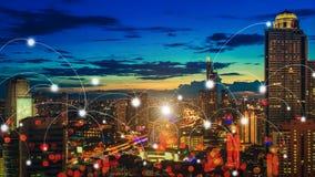 Ciudad de la noche del rascacielos con los iconos de la conexión Comunicación elegante imagen de archivo libre de regalías