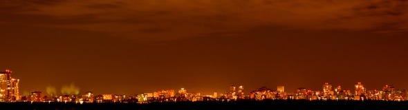 Ciudad de la noche en el horizonte Imagen de archivo