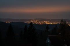 Ciudad de la noche en las montañas Fotografía de archivo