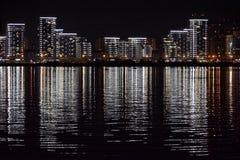 Ciudad de la noche reflexión fotos de archivo