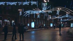 Ciudad de la noche Un gran número de personas que caminan en la calle Coches que pasan en el camino Ucrania, ciudad de Kiev almacen de video