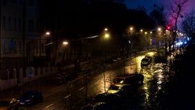 Ciudad de la noche y el flujo de coches con las linternas almacen de video
