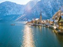 Ciudad de la orilla del lago de Hallstatt en la nave del moutain de las montañas en un día soleado frío hermoso con el cielo azul Foto de archivo libre de regalías