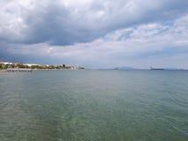 Ciudad de la playa debajo de las nubes de lluvia Fotografía de archivo libre de regalías