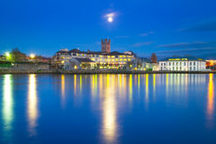 Ciudad de la quintilla en la noche en el río de Shannon Fotos de archivo libres de regalías