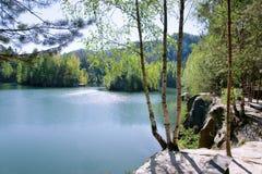 Ciudad de la roca de Adrspach de la piedra caliza y lago de la mina - parque nacional de Fotos de archivo libres de regalías