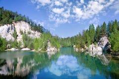 Ciudad de la roca de Adrspach de la piedra caliza y lago de la mina - parque nacional de Foto de archivo libre de regalías