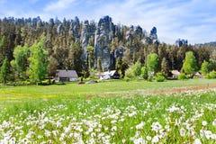 Ciudad de la roca de Adrspach de la piedra caliza y lago de la mina - parque nacional de Imágenes de archivo libres de regalías