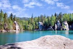 Ciudad de la roca de Adrspach de la piedra caliza y lago de la mina - parque nacional de Fotografía de archivo libre de regalías
