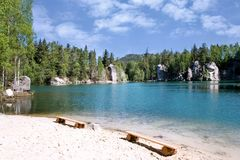 Ciudad de la roca de Adrspach de la piedra caliza y lago de la mina - parque nacional de Imagen de archivo libre de regalías
