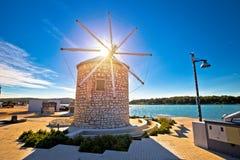 Ciudad de la señal del molino de viento de Medulin y de la opinión de la costa imágenes de archivo libres de regalías