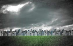 Ciudad de la tarde Edificios y campo de hierba verde Imagen de archivo