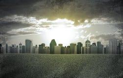 Ciudad de la tarde Edificios y campo de hierba verde Fotografía de archivo libre de regalías