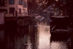 Ciudad de la tarde en el río imagen de archivo libre de regalías