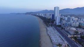Ciudad de la tarde de la visión aérea de Nha Trang, Vietnam almacen de video