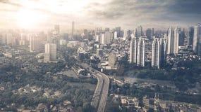 Ciudad de la visión aérea de Jakarta en el tiempo de la puesta del sol Imagenes de archivo