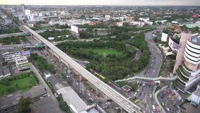 Ciudad de la visión superior la alta avenida urbana de la ciudad de la puesta del sol de los distritos con los caminos ocupados e almacen de video