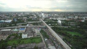 Ciudad de la visión superior la alta avenida urbana de la ciudad de la puesta del sol de los distritos con los caminos ocupados e metrajes