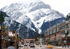 Ciudad de las compras de la avenida de Banff bajo la montaña de la cascada Fotos de archivo libres de regalías