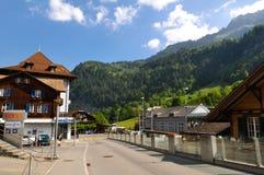 Ciudad de Lauterbrunnen en el valle hermoso de las montañas suizas Fotos de archivo libres de regalías