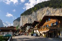Ciudad de Lauterbrunnen en el valle hermoso de las montañas suizas Fotos de archivo