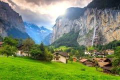 Ciudad de Lauterbrunnen y cascada famosas de Staubbach, Bernese Oberland, Suiza, Europa Imagenes de archivo