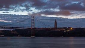 Ciudad de Lisboa antes de la salida del sol con noche del puente del 25 de abril al timelapse del día metrajes
