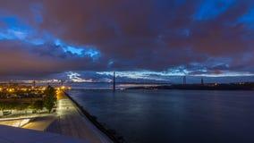 Ciudad de Lisboa antes de la salida del sol con noche del puente del 25 de abril al timelapse del día almacen de video