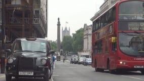 Ciudad de Londres con tráfico de coche y autobuses y taxi apretados del autobús de dos pisos de las calles almacen de video