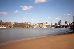 Ciudad de Londres de la playa del terraplén Fotos de archivo