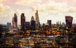 Ciudad de Londres en la puesta del sol La imagen de la exposición múltiple incluye la ciudad de la aria financiera de Londres Lon imágenes de archivo libres de regalías