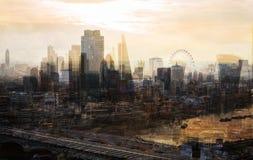 Ciudad de Londres en la puesta del sol La imagen de la exposición múltiple incluye la ciudad de la aria financiera de Londres Lon imagenes de archivo