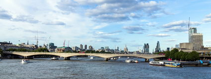 Ciudad de Londres en luz de la última hora de la tarde del puente de Hungerford Imágenes de archivo libres de regalías