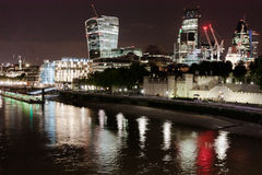 Ciudad de Londres por noche del puente de la torre Imágenes de archivo libres de regalías